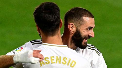 Benzema ghi 2 bàn cho Real Madrid.