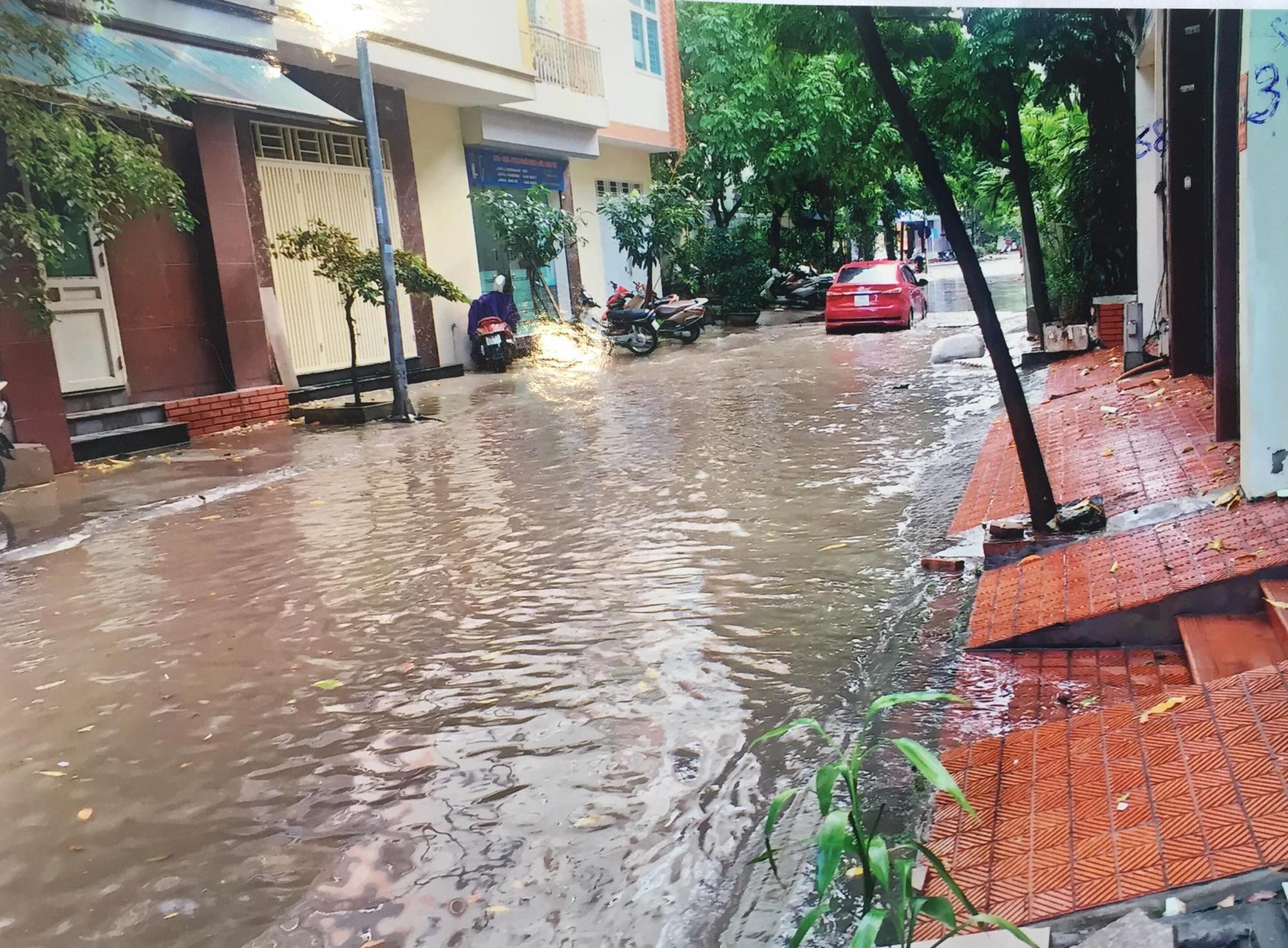 """Hà Nội: Dân bức xúc về đoạn đường cứ mưa là biến """"thành sông"""" - Ảnh 2."""