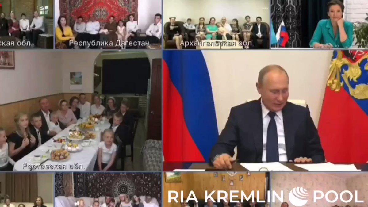 Nụ hôn gió của Putin dậy sóng cộng đồng mạng - Ảnh 1.