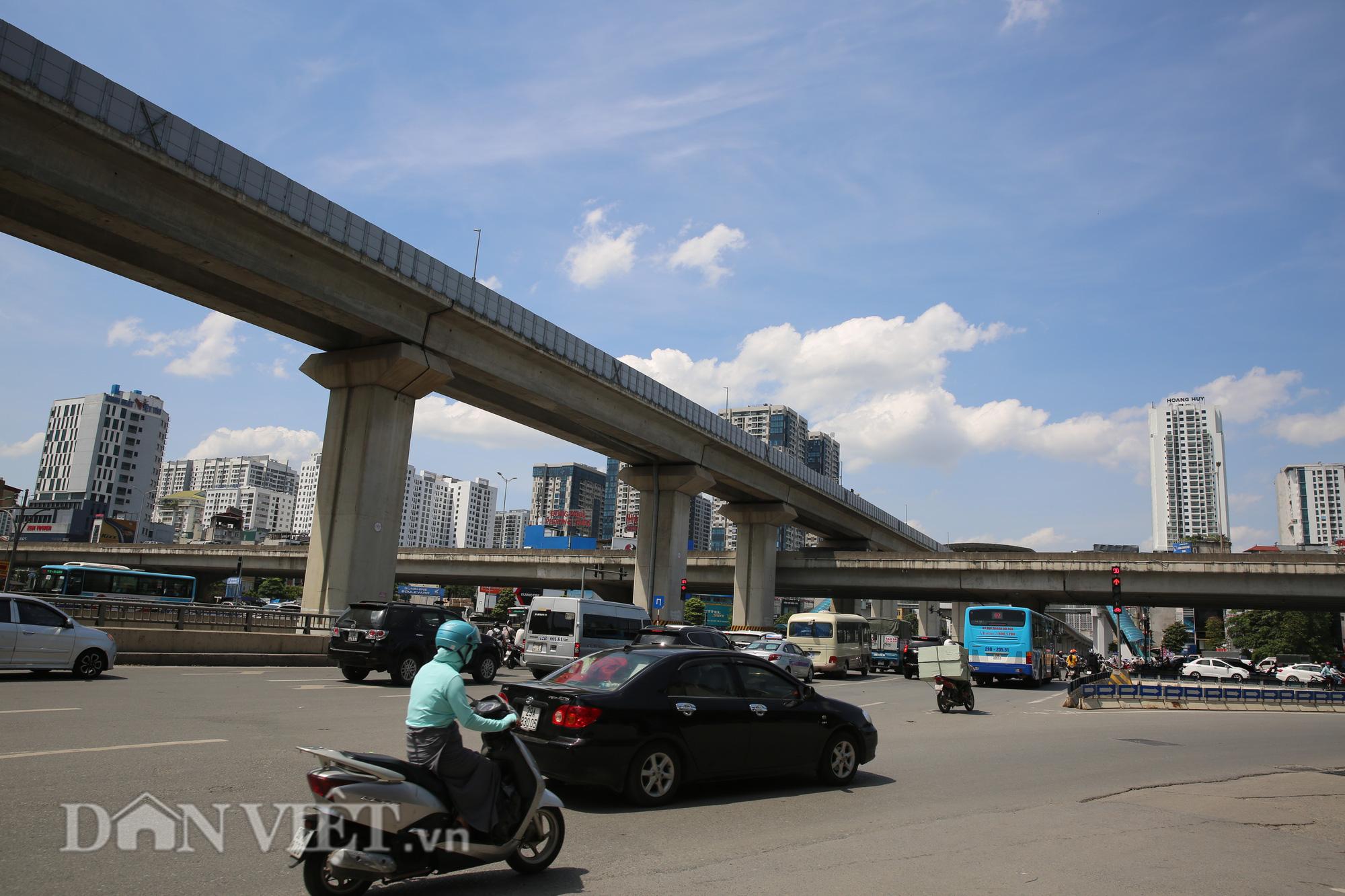 """Đường phố Hà Nội """"bốc hơi"""", người đi đường khốn khổ trong cái nắng 42 độ C - Ảnh 2."""