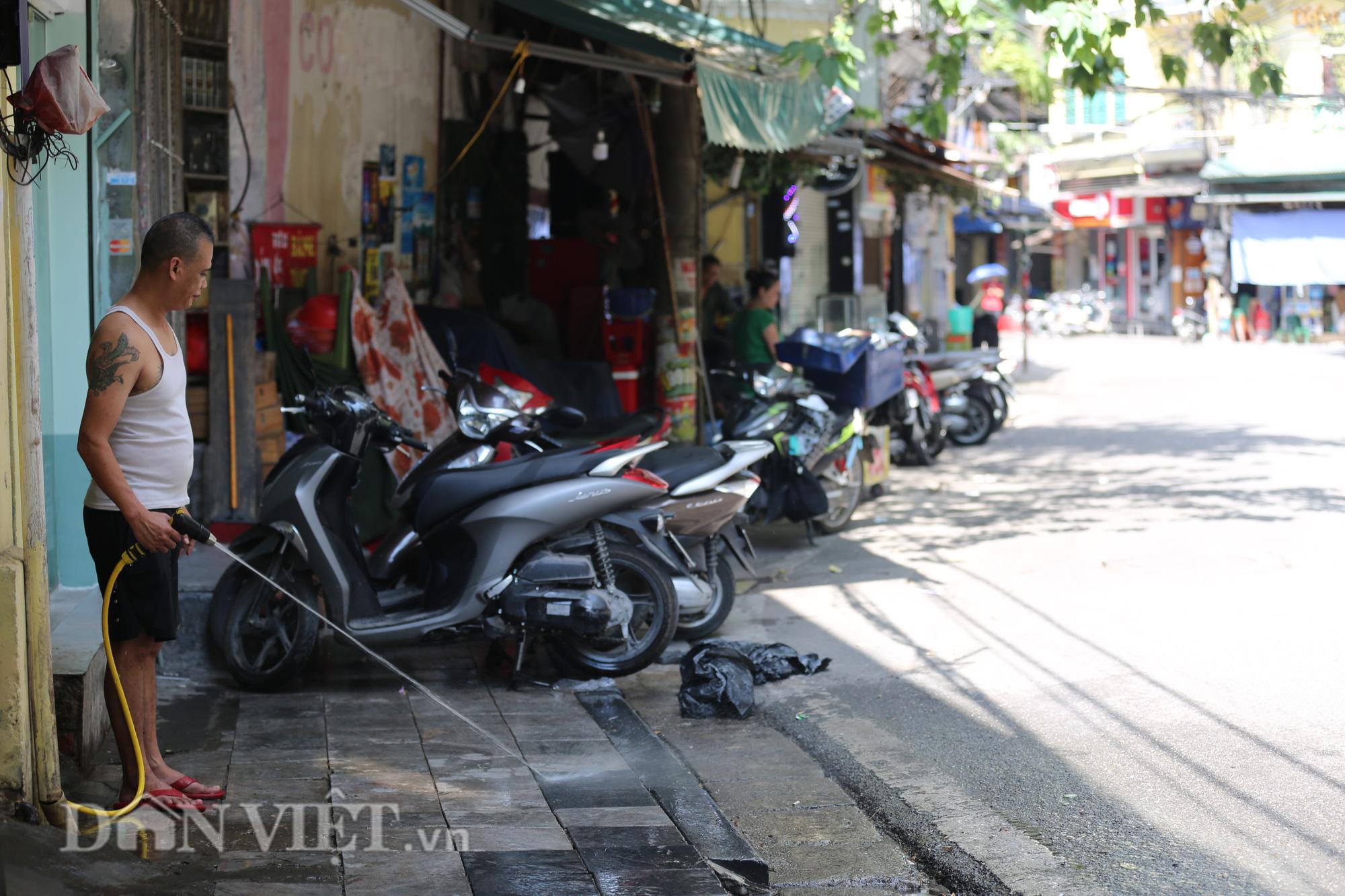 """Đường phố Hà Nội """"bốc hơi"""", người đi đường khốn khổ trong cái nắng 42 độ C - Ảnh 11."""