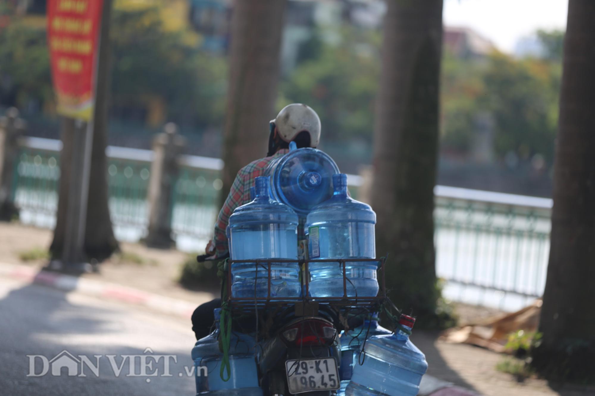 """Đường phố Hà Nội """"bốc hơi"""", người đi đường khốn khổ trong cái nắng 42 độ C - Ảnh 12."""