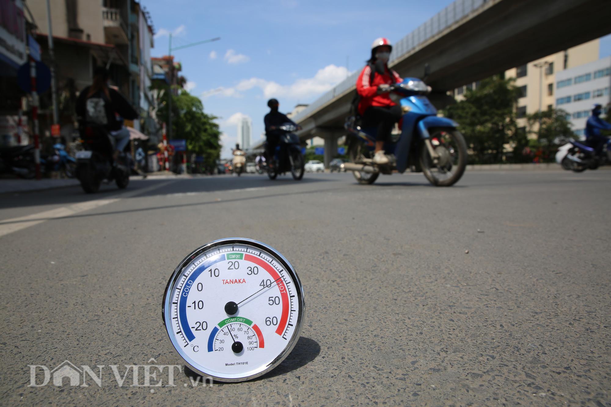 """Đường phố Hà Nội """"bốc hơi"""", người đi đường khốn khổ trong cái nắng 42 độ C - Ảnh 3."""