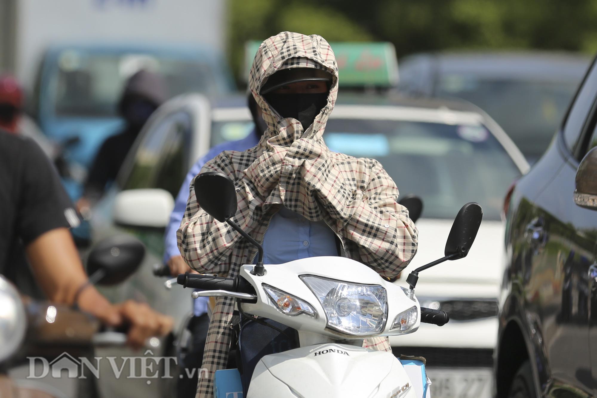 """Đường phố Hà Nội """"bốc hơi"""", người đi đường khốn khổ trong cái nắng 42 độ C - Ảnh 5."""