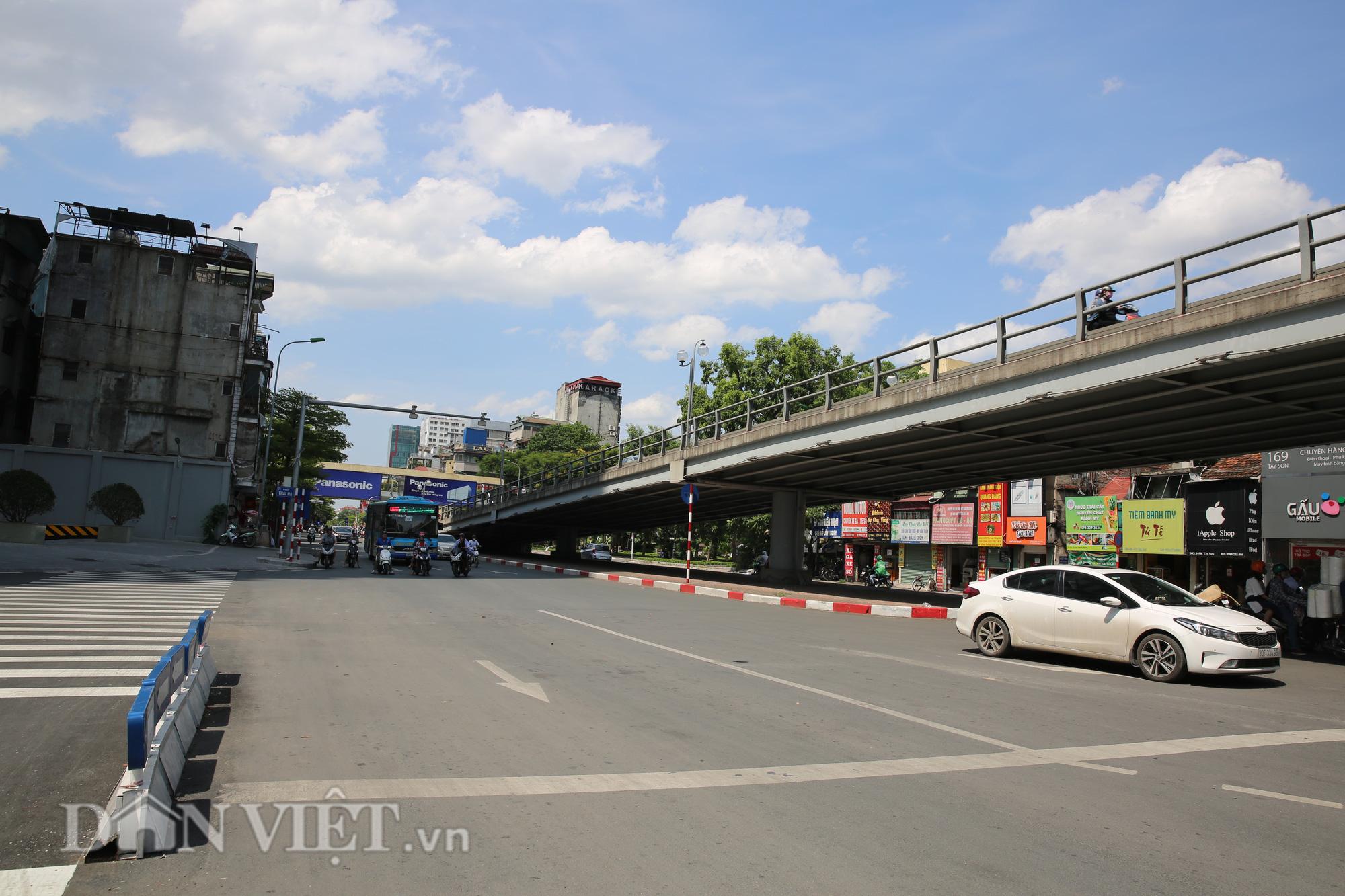 """Đường phố Hà Nội """"bốc hơi"""", người đi đường khốn khổ trong cái nắng 42 độ C - Ảnh 6."""