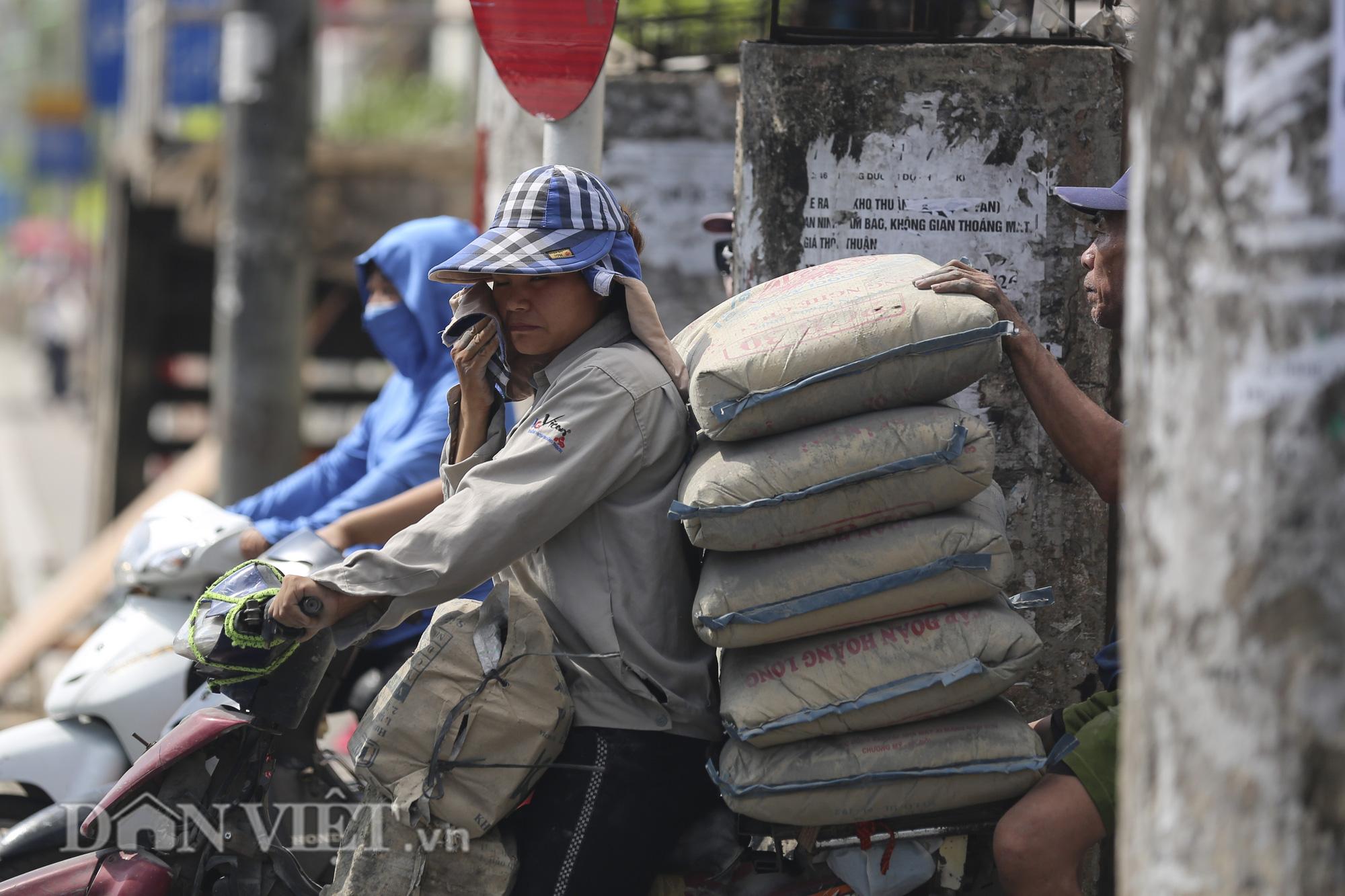 """Đường phố Hà Nội """"bốc hơi"""", người đi đường khốn khổ trong cái nắng 42 độ C - Ảnh 8."""