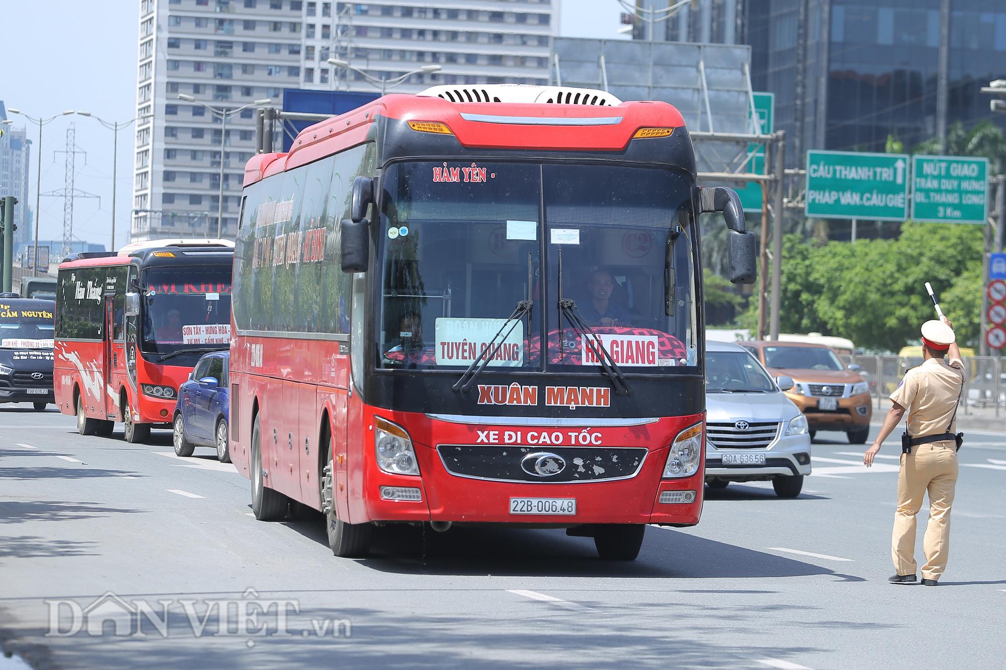 """Hàng loạt xe chạy """"rùa bò"""", bắt khách dọc đường bị CSGT Hà Nội xử lý - Ảnh 1."""