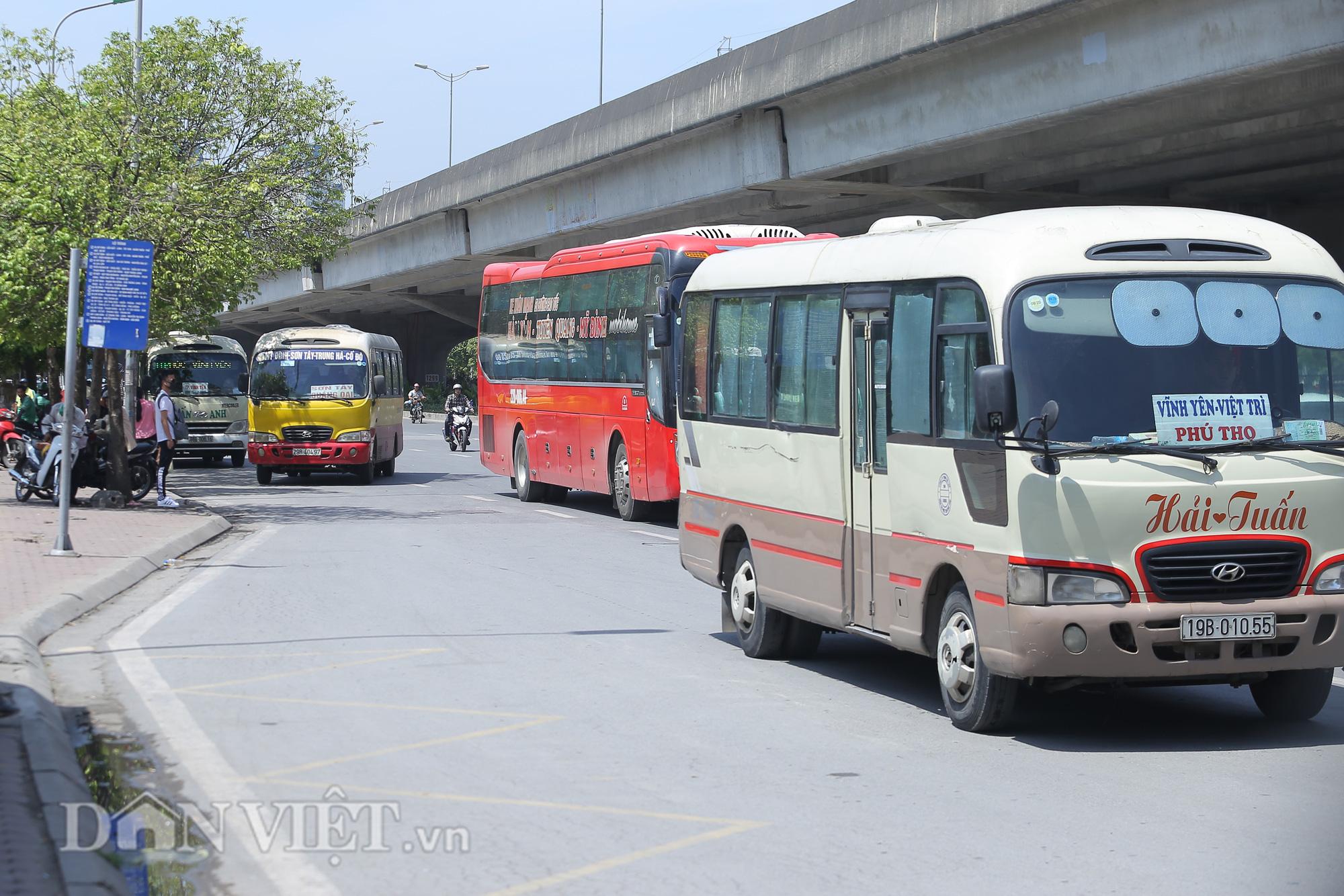 """Hàng loạt xe chạy """"rùa bò"""", bắt khách dọc đường bị CSGT Hà Nội xử lý - Ảnh 8."""