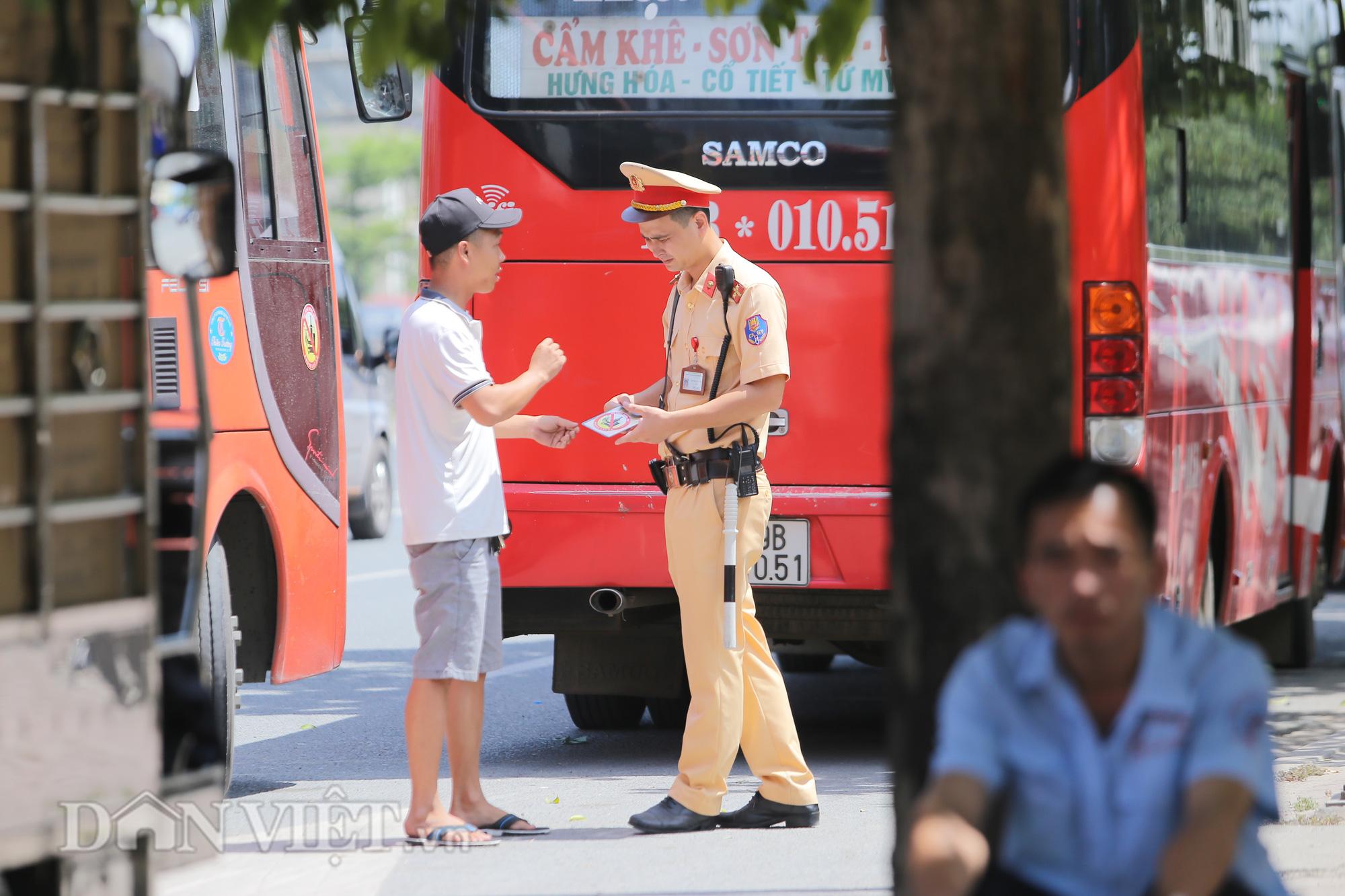 """Hàng loạt xe chạy """"rùa bò"""", bắt khách dọc đường bị CSGT Hà Nội xử lý - Ảnh 3."""