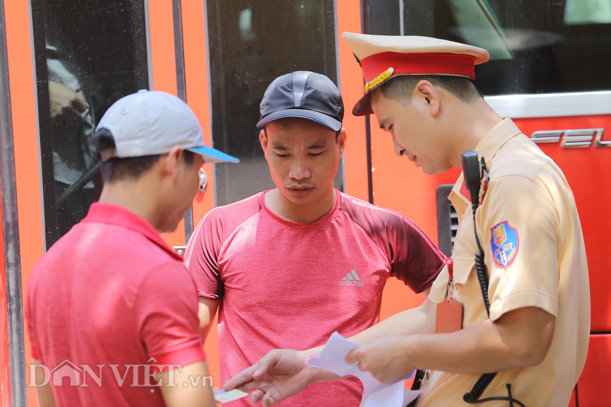 """Hàng loạt xe chạy """"rùa bò"""", bắt khách dọc đường bị CSGT Hà Nội xử lý - Ảnh 4."""