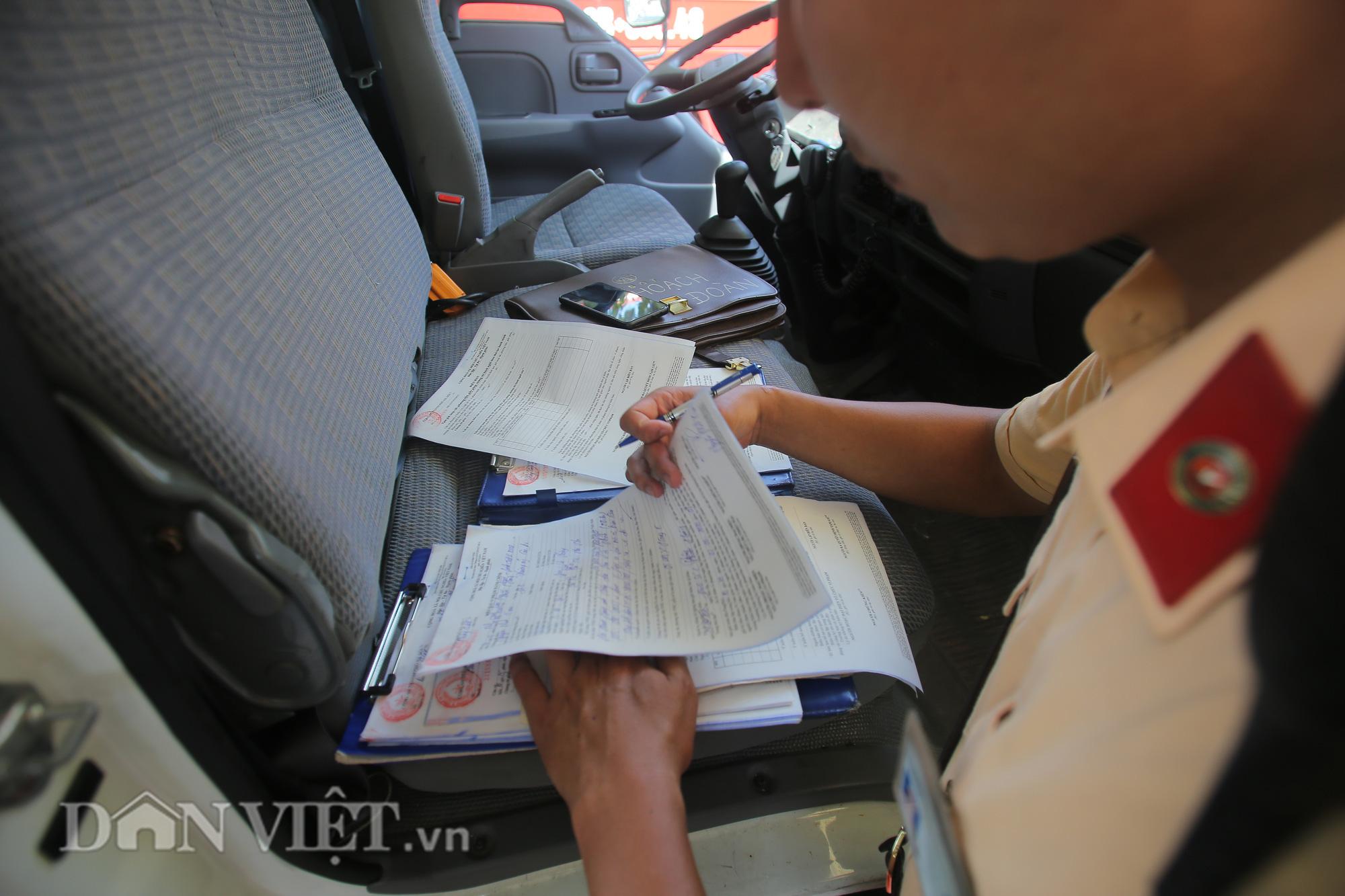"""Hàng loạt xe chạy """"rùa bò"""", bắt khách dọc đường bị CSGT Hà Nội xử lý - Ảnh 7."""