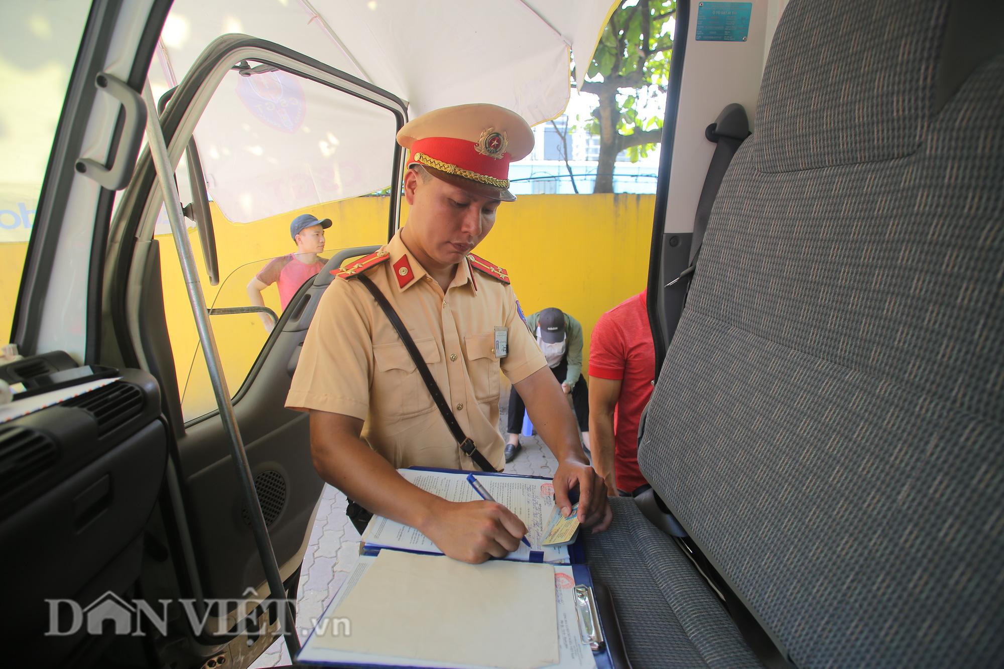 """Hàng loạt xe chạy """"rùa bò"""", bắt khách dọc đường bị CSGT Hà Nội xử lý - Ảnh 6."""