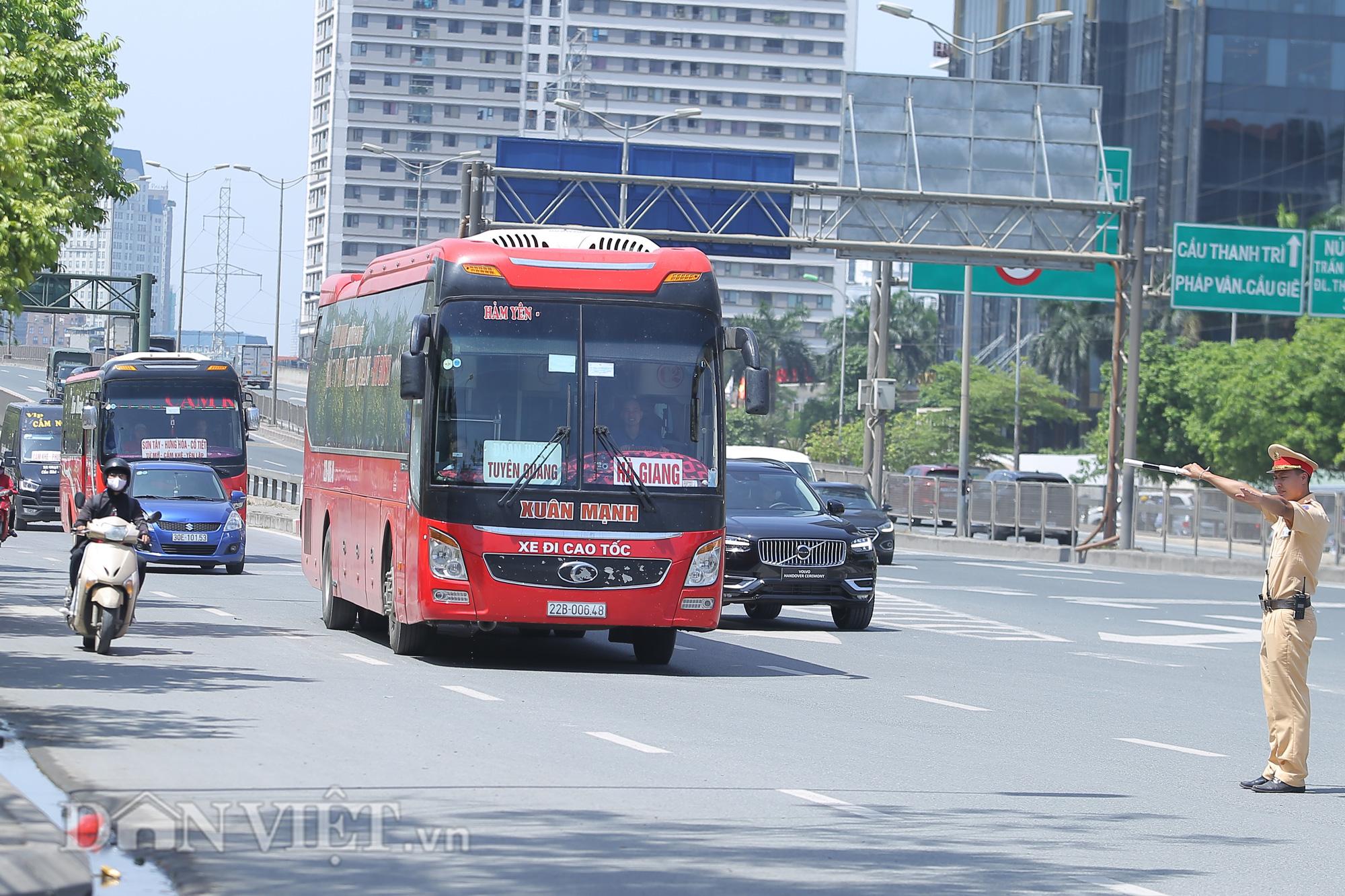 """Hàng loạt xe chạy """"rùa bò"""", bắt khách dọc đường bị CSGT Hà Nội xử lý - Ảnh 2."""