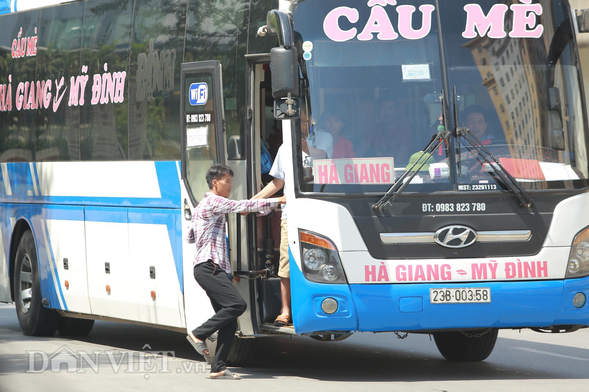 """Hàng loạt xe chạy """"rùa bò"""", bắt khách dọc đường bị CSGT Hà Nội xử lý - Ảnh 9."""