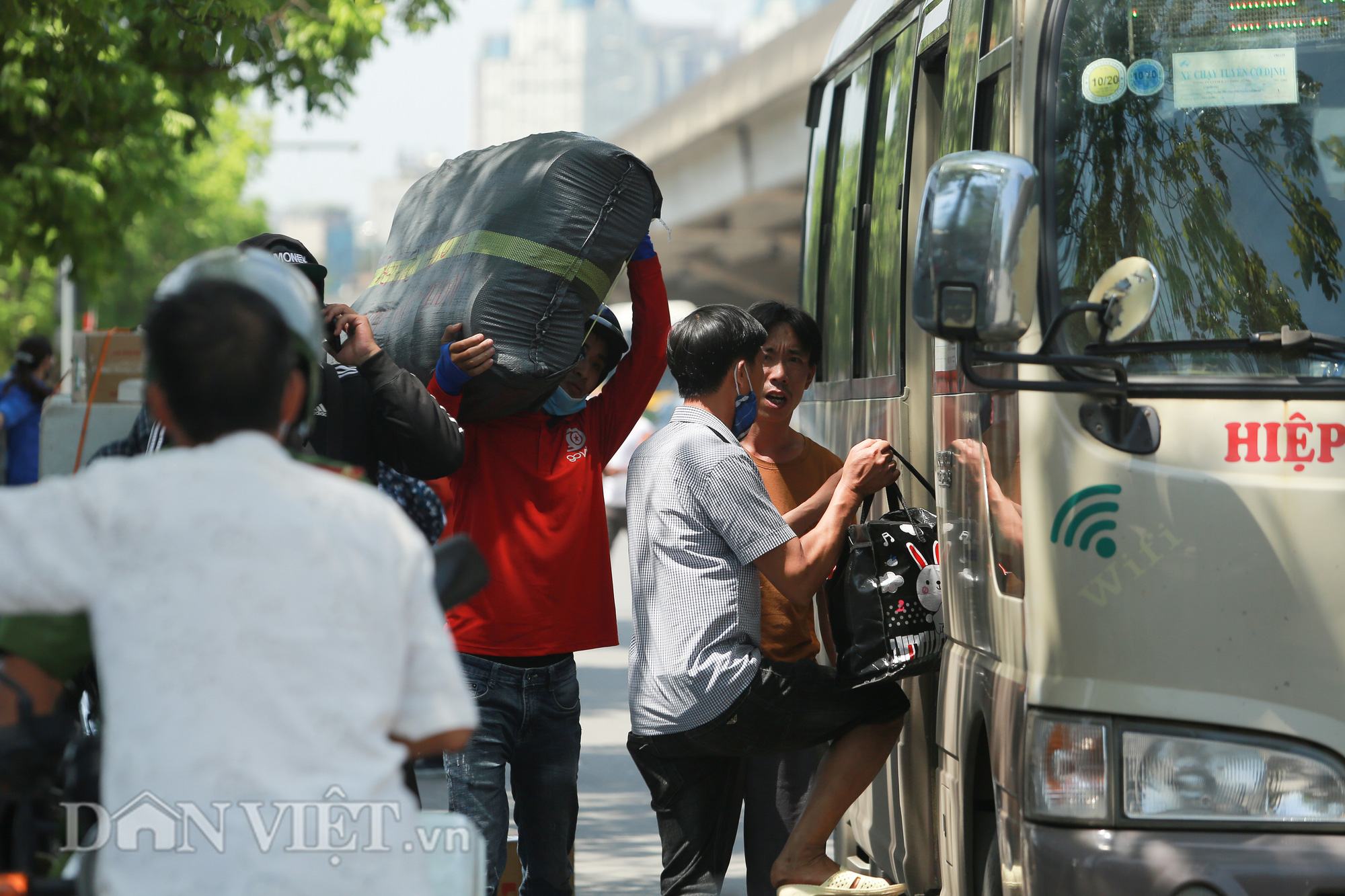 """Hàng loạt xe chạy """"rùa bò"""", bắt khách dọc đường bị CSGT Hà Nội xử lý - Ảnh 10."""