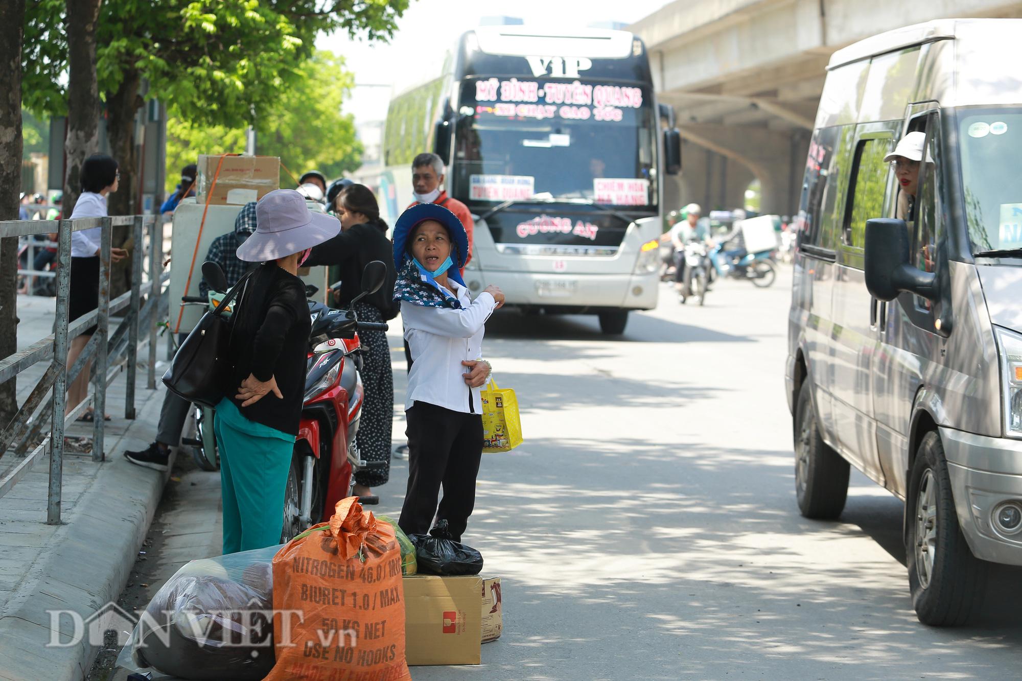"""Hàng loạt xe chạy """"rùa bò"""", bắt khách dọc đường bị CSGT Hà Nội xử lý - Ảnh 11."""