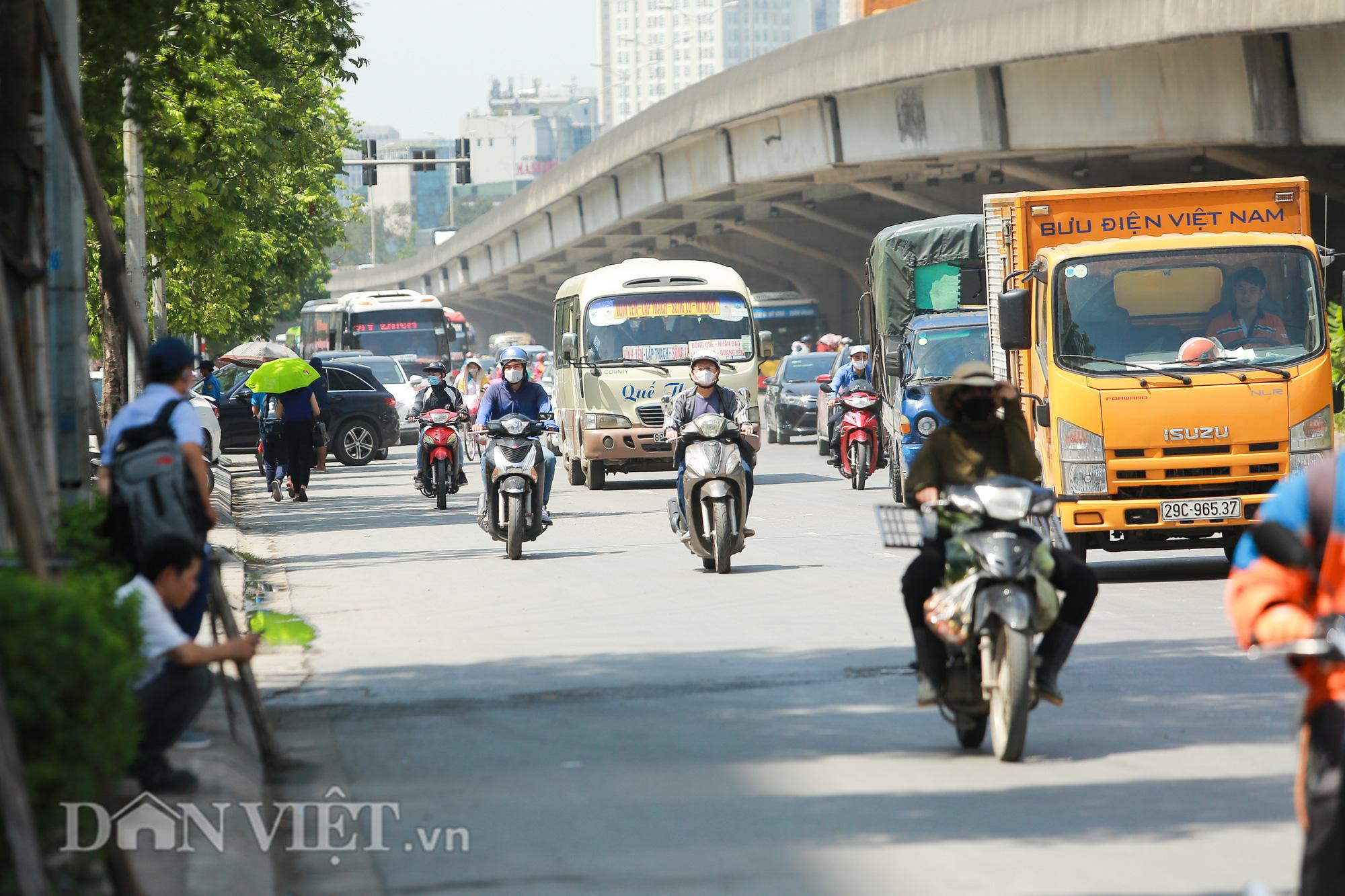 """Hàng loạt xe chạy """"rùa bò"""", bắt khách dọc đường bị CSGT Hà Nội xử lý - Ảnh 12."""