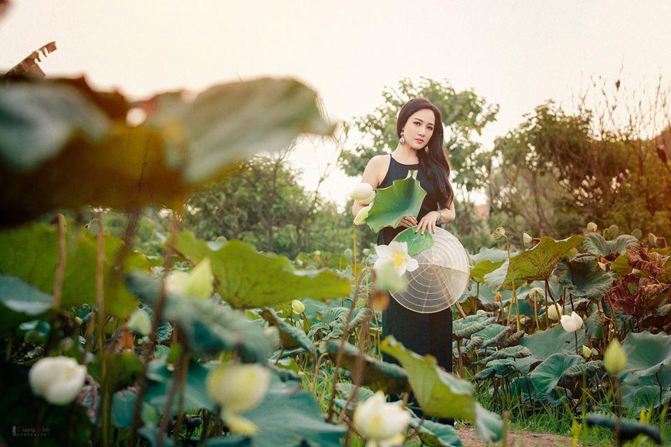 HOT showbiz: BTV Hoài Anh tung ảnh xinh đẹp như thiếu nữ đẹp hút mắt bên sen - Ảnh 3.