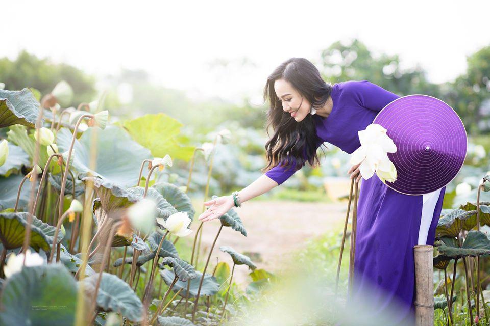 HOT showbiz: BTV Hoài Anh tung ảnh xinh đẹp như thiếu nữ đẹp hút mắt bên sen - Ảnh 6.