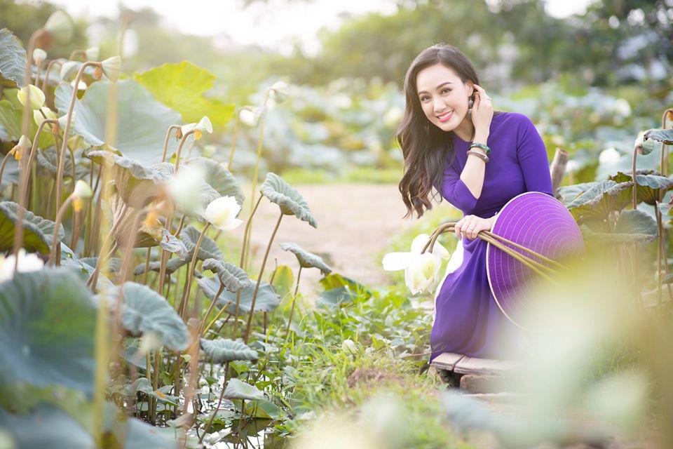 HOT showbiz: BTV Hoài Anh tung ảnh xinh đẹp như thiếu nữ đẹp hút mắt bên sen - Ảnh 8.