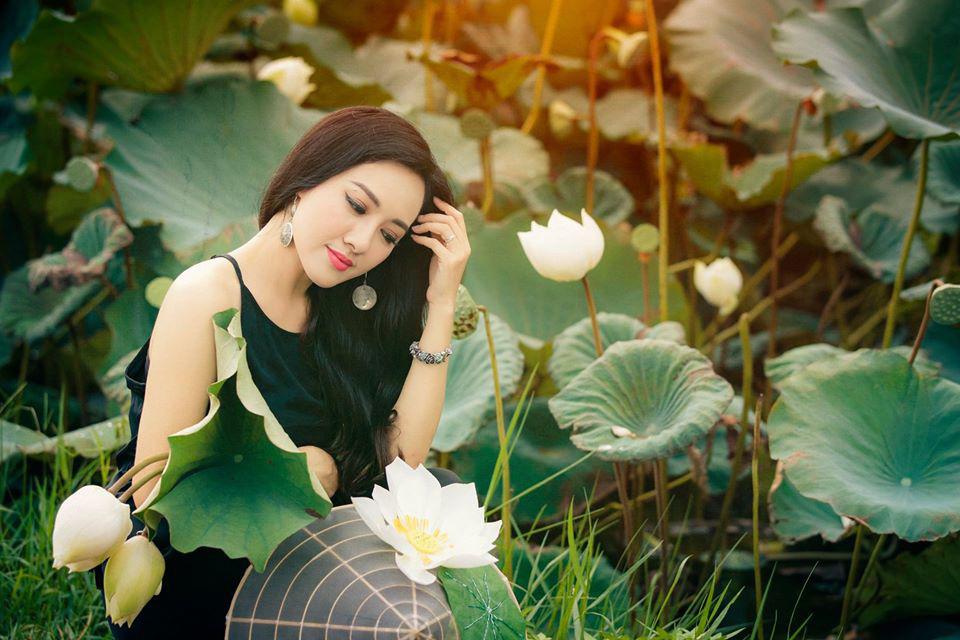 HOT showbiz: BTV Hoài Anh tung ảnh xinh đẹp như thiếu nữ đẹp hút mắt bên sen - Ảnh 1.