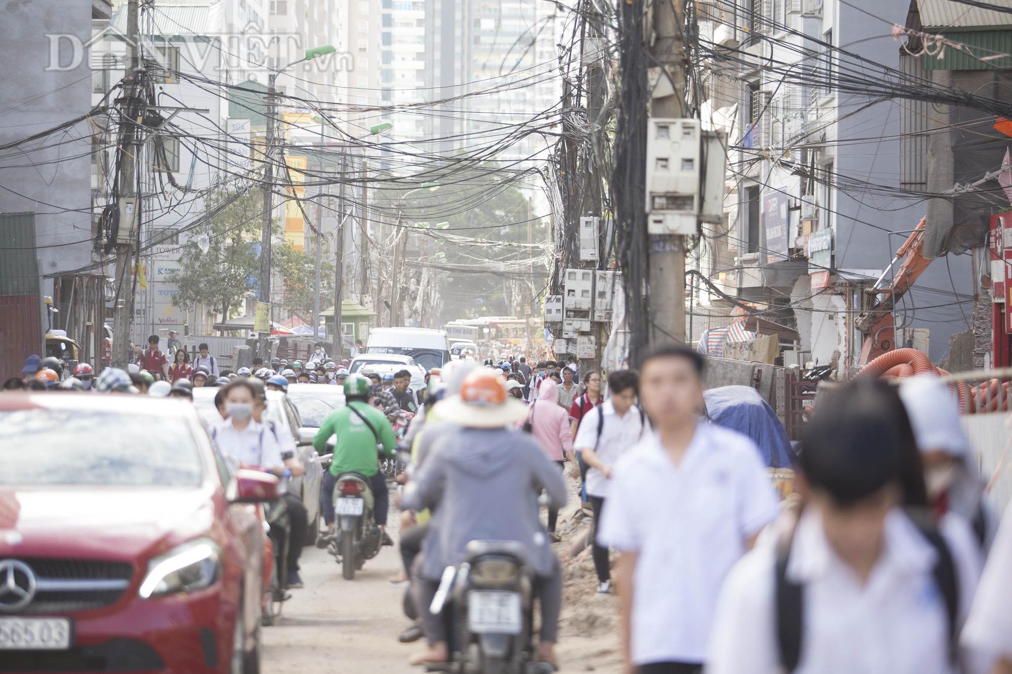 Hiện tại đang trong quá trình thi công nên tình trạng ùn tắc, khói bụi do giao thông qua lại thường xuyên diễn ra khiến cho việc đi lại và cuộc sống người dân quanh khu vực này hết sức vất vả.
