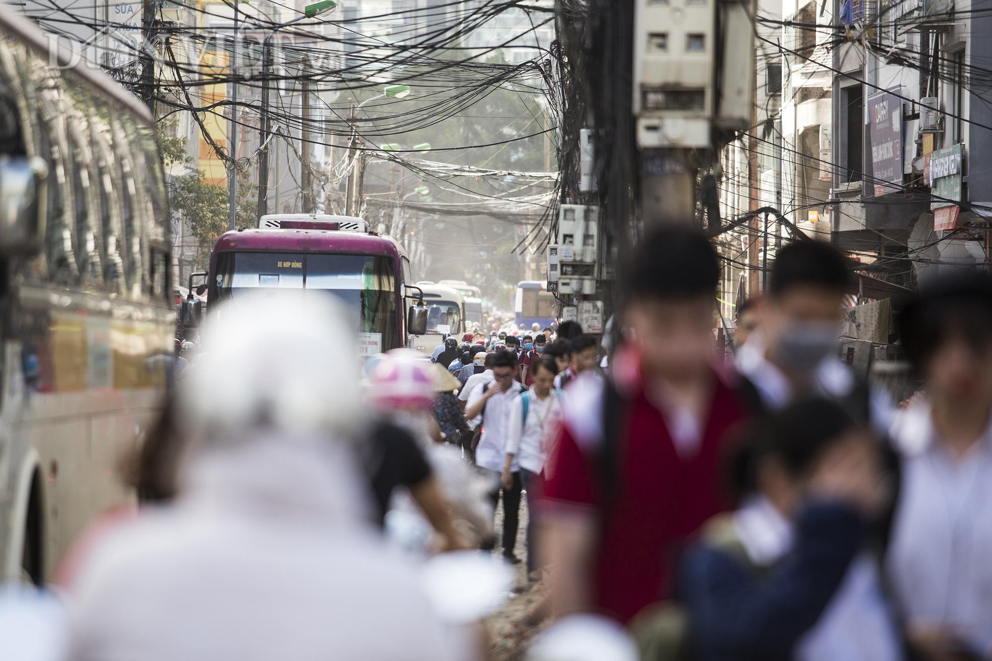 Vào các khung giờ cao điểm, hàng ngàn phương tiện cùng dòng người chen chúc di chuyển trên tuyến đường dài hơn 500 m.