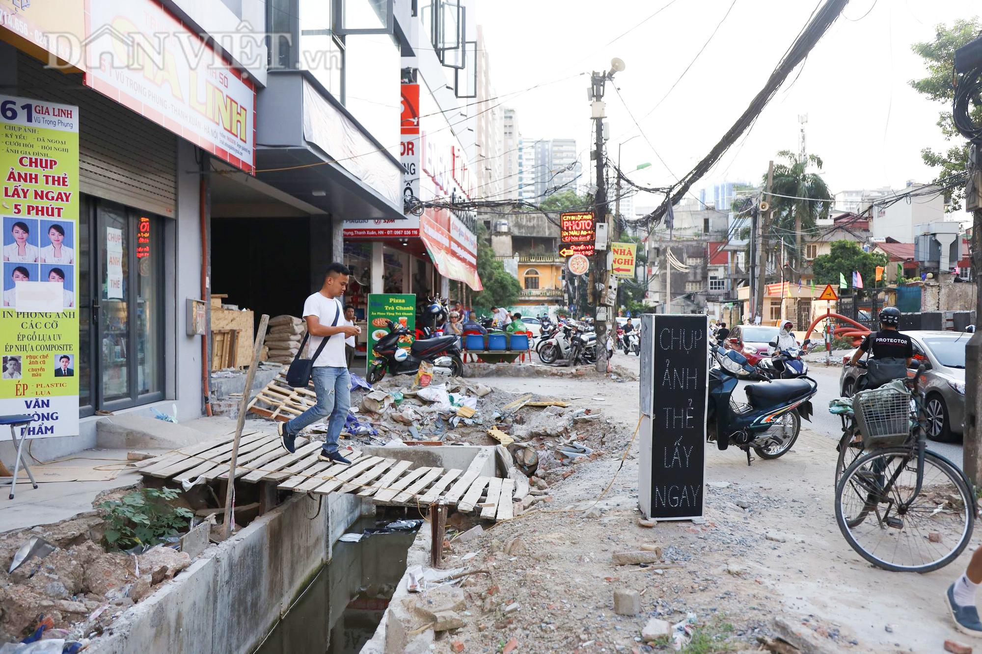 Theo ghi nhận của PV Dân Việt, việc thi công mở rộng diễn ra với tiến độ chậm kèm với nhiều bất cập khiến cho người dân gặp nhiều khó khăn trong việc đi lại. Để phục vụ việc thi công, nhiều nhà dân đã phải dùng những tấm gỗ làm thành cây cầu tạm để đi từ nhà ra đường.