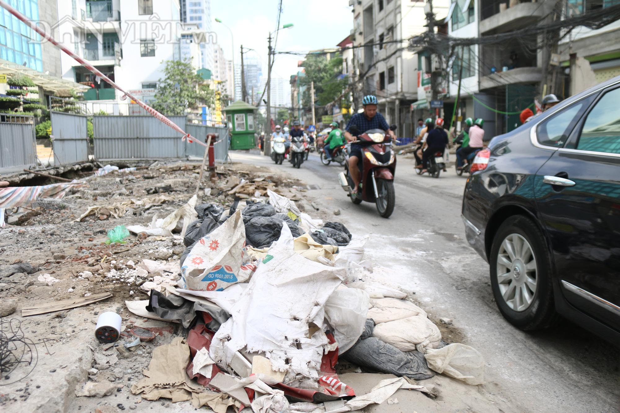 Bên cạnh đó, hai hành lang của đường Vũ Trọng Phụng ngổn ngang nhiều loại rác thải cùng với những vật liệu xây dựng được chắp đầy hai bên vệ đường.