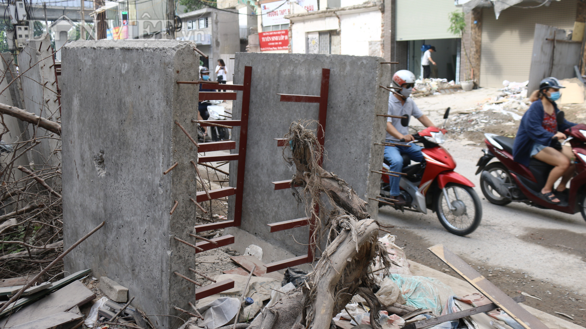 Ngoài ra những chiếc cống hộp trơ khung sắt cũng nằm ngay sát mép đường, gây ra nguy hiểm cho người dân xung quanh và những người tham gia giao thông nhất là khi trời tối khó quan sát.