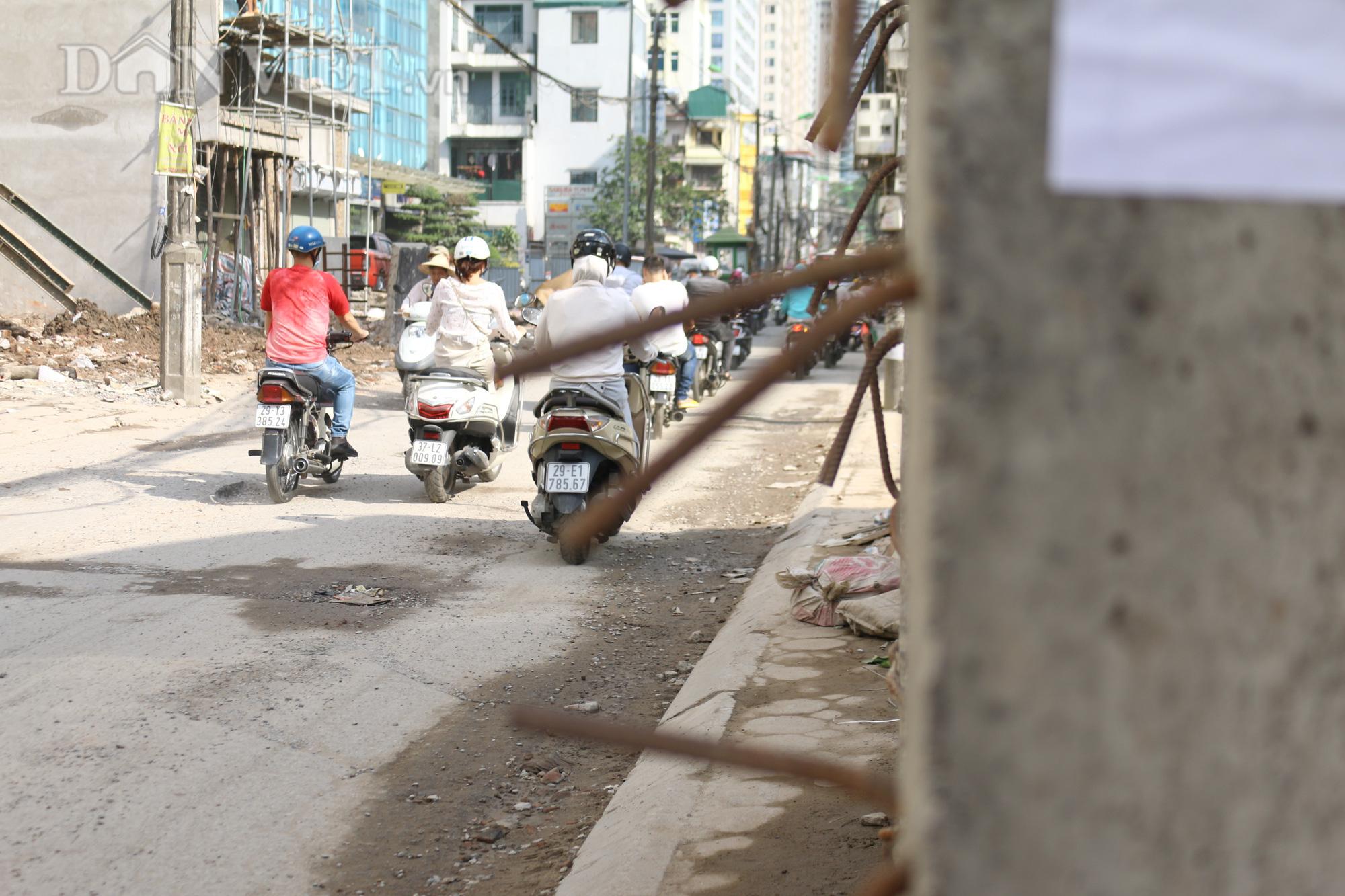 Do chưa được sử dụng nên có rất nhiều những mảng bê tông lớn với những thanh sắt, thép chìa ra ngoài đường đang đe doạn người dân khi lưu thông trên tuyến đường.