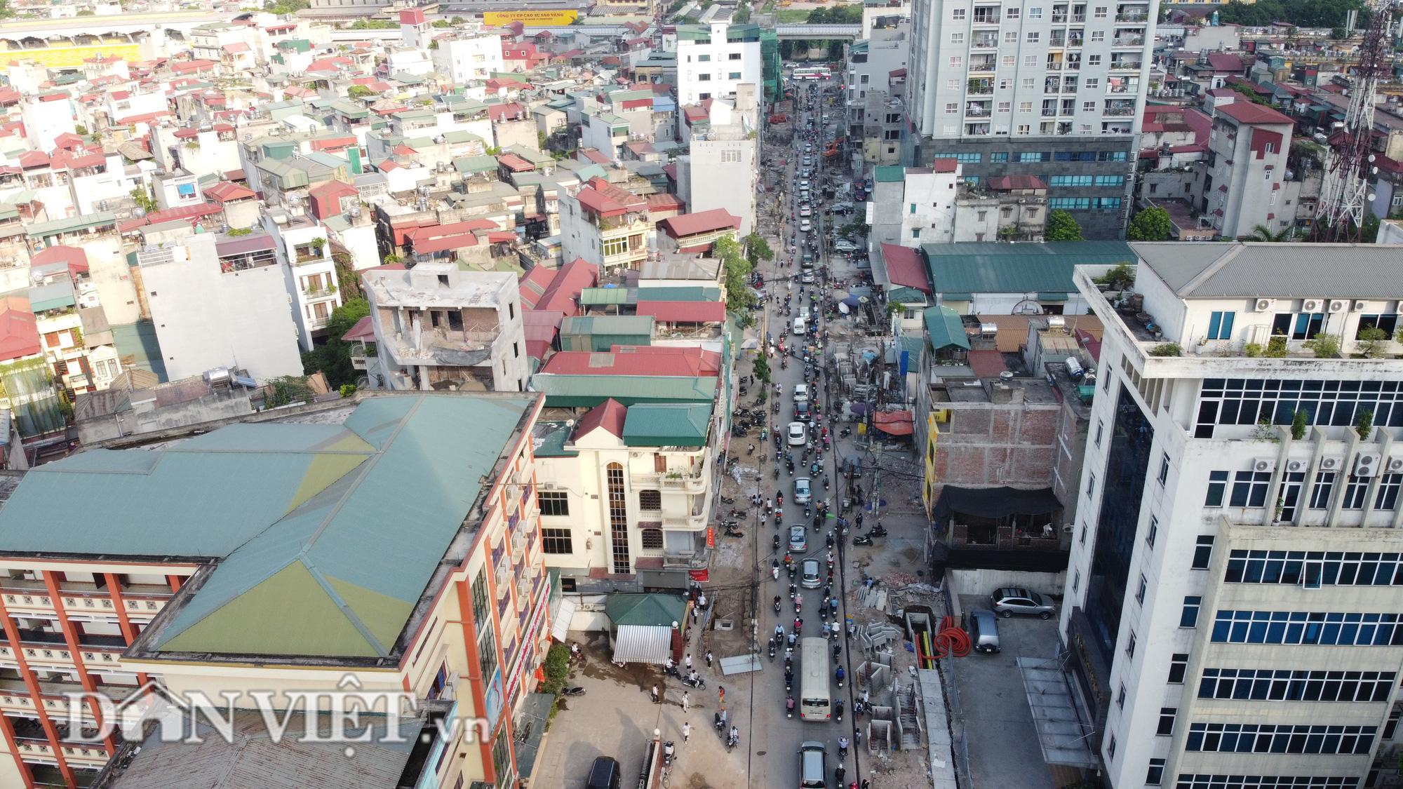 Người dân bắc cầu vào nhà do thi công mở rộng đường Vũ Trọng Phụng - Ảnh 1.