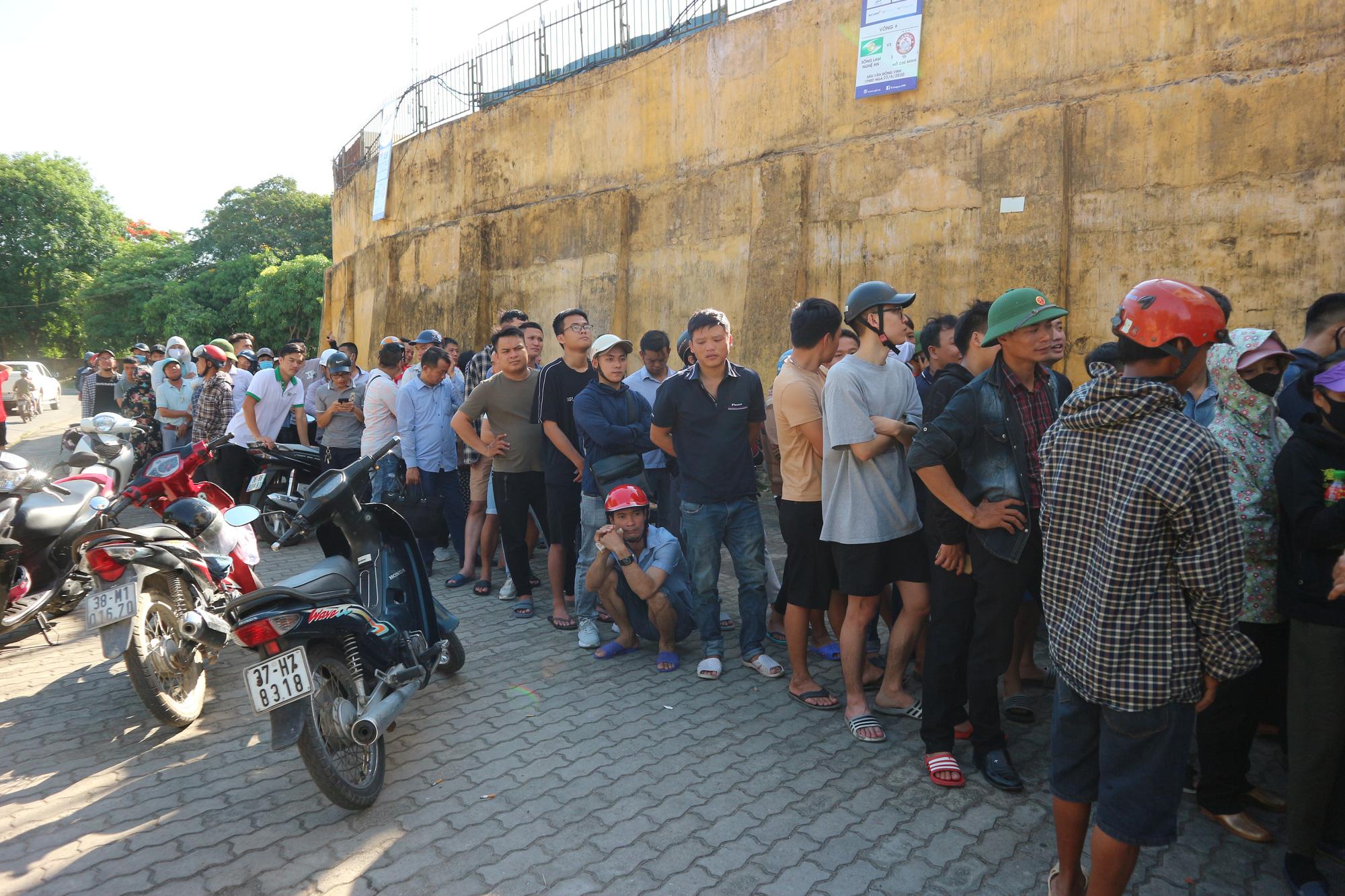 Hàng ngàn cổ động viên xứ Nghệ chen chân mua vé vào sân Vinh - Ảnh 1.