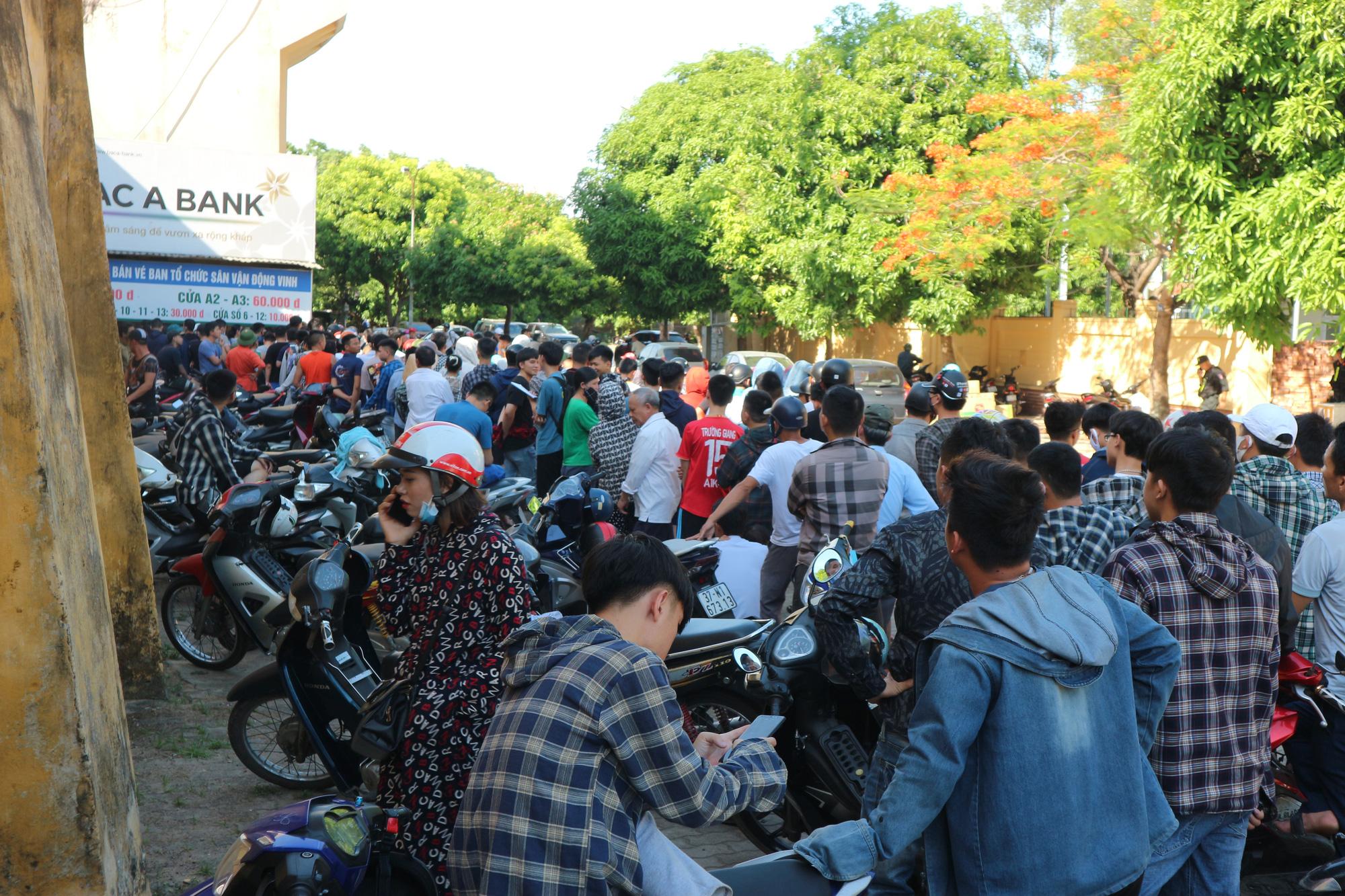 Hàng ngàn cổ động viên xứ Nghệ chen chân mua vé vào sân Vinh - Ảnh 2.