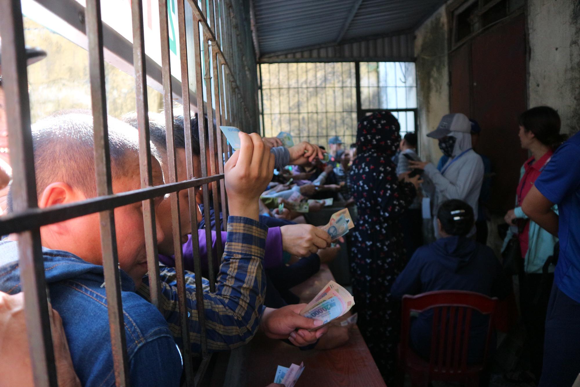 Hàng ngàn cổ động viên xứ Nghệ chen chân mua vé vào sân Vinh - Ảnh 3.