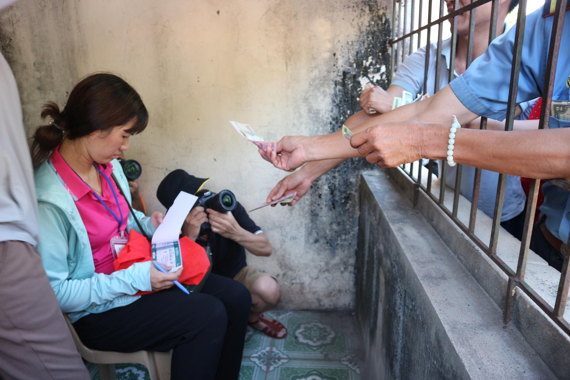 Hàng ngàn cổ động viên xứ Nghệ chen chân mua vé vào sân Vinh - Ảnh 4.