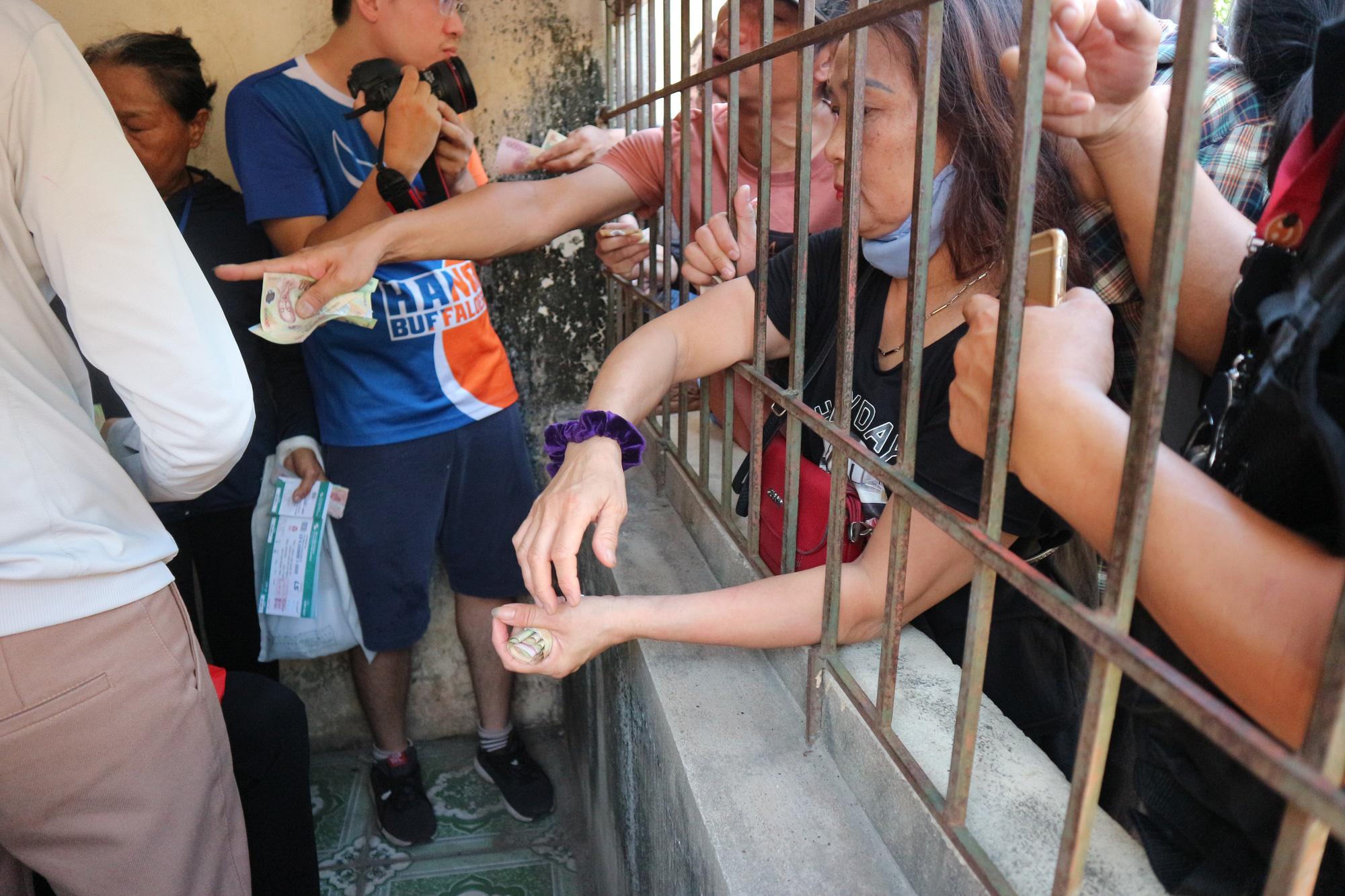 Hàng ngàn cổ động viên xứ Nghệ chen chân mua vé vào sân Vinh - Ảnh 5.