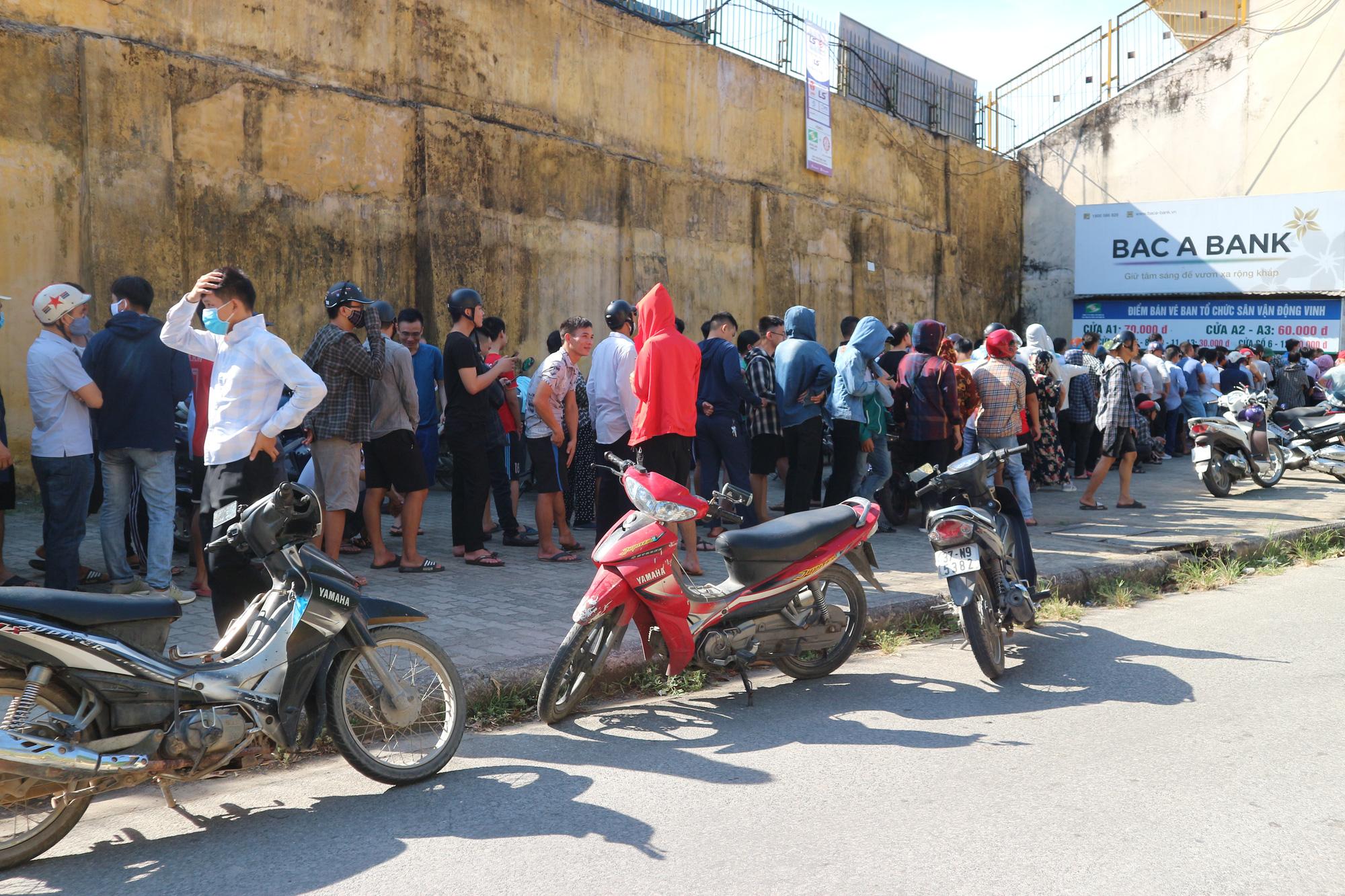 Hàng ngàn cổ động viên xứ Nghệ chen chân mua vé vào sân Vinh - Ảnh 6.