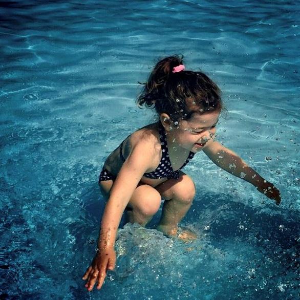 Bức ảnh khiến dân mạng tranh cãi: Cô bé ở trên hay dưới nước? - Ảnh 1.