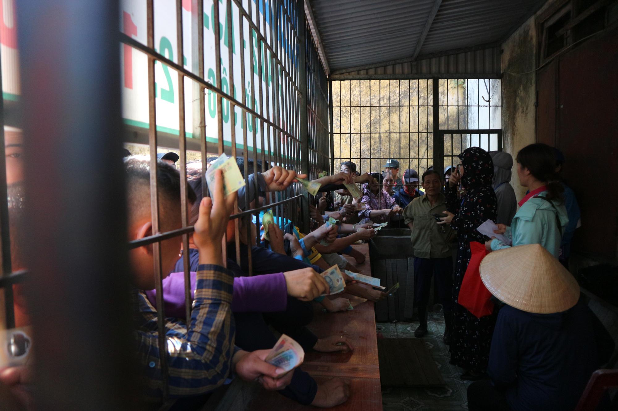 Hàng ngàn cổ động viên xứ Nghệ chen chân mua vé vào sân Vinh - Ảnh 7.