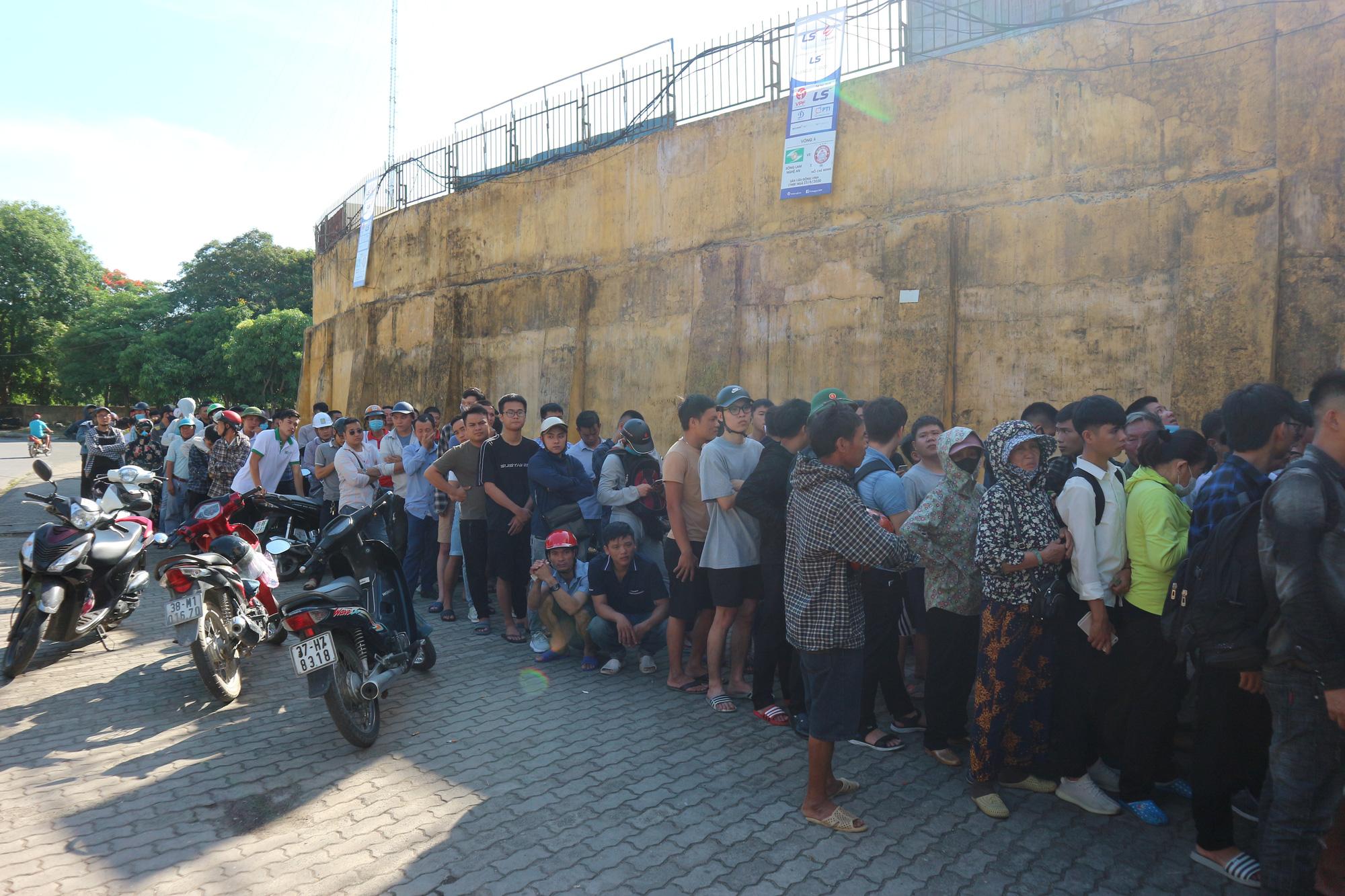Hàng ngàn cổ động viên xứ Nghệ chen chân mua vé vào sân Vinh - Ảnh 8.