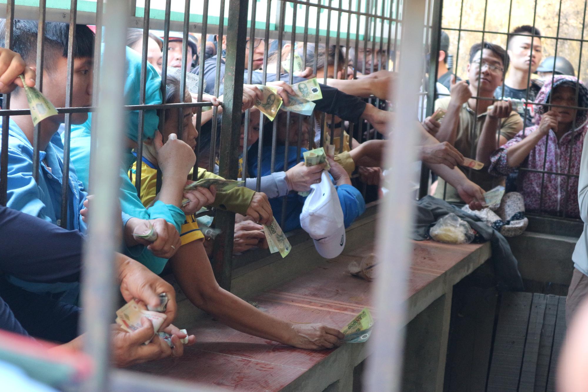 Hàng ngàn cổ động viên xứ Nghệ chen chân mua vé vào sân Vinh - Ảnh 9.