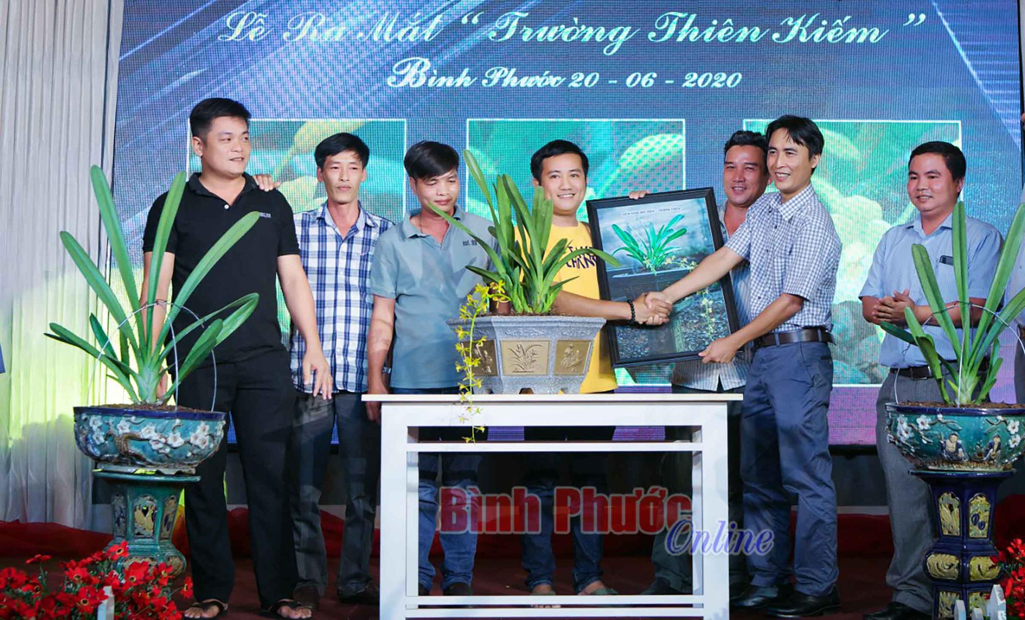 2 chậu lan kiếm đột biến quý hiếm vừa bán đấu giá thành công với mức giá 400 triệu ở Bình Phước - Ảnh 1.