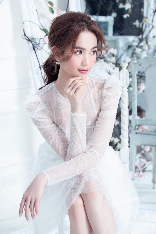 """Ngọc Trinh mặc váy xuyên thấu đẹp như công chúa bị """"soi"""" chi tiết kém duyên - Ảnh 2."""