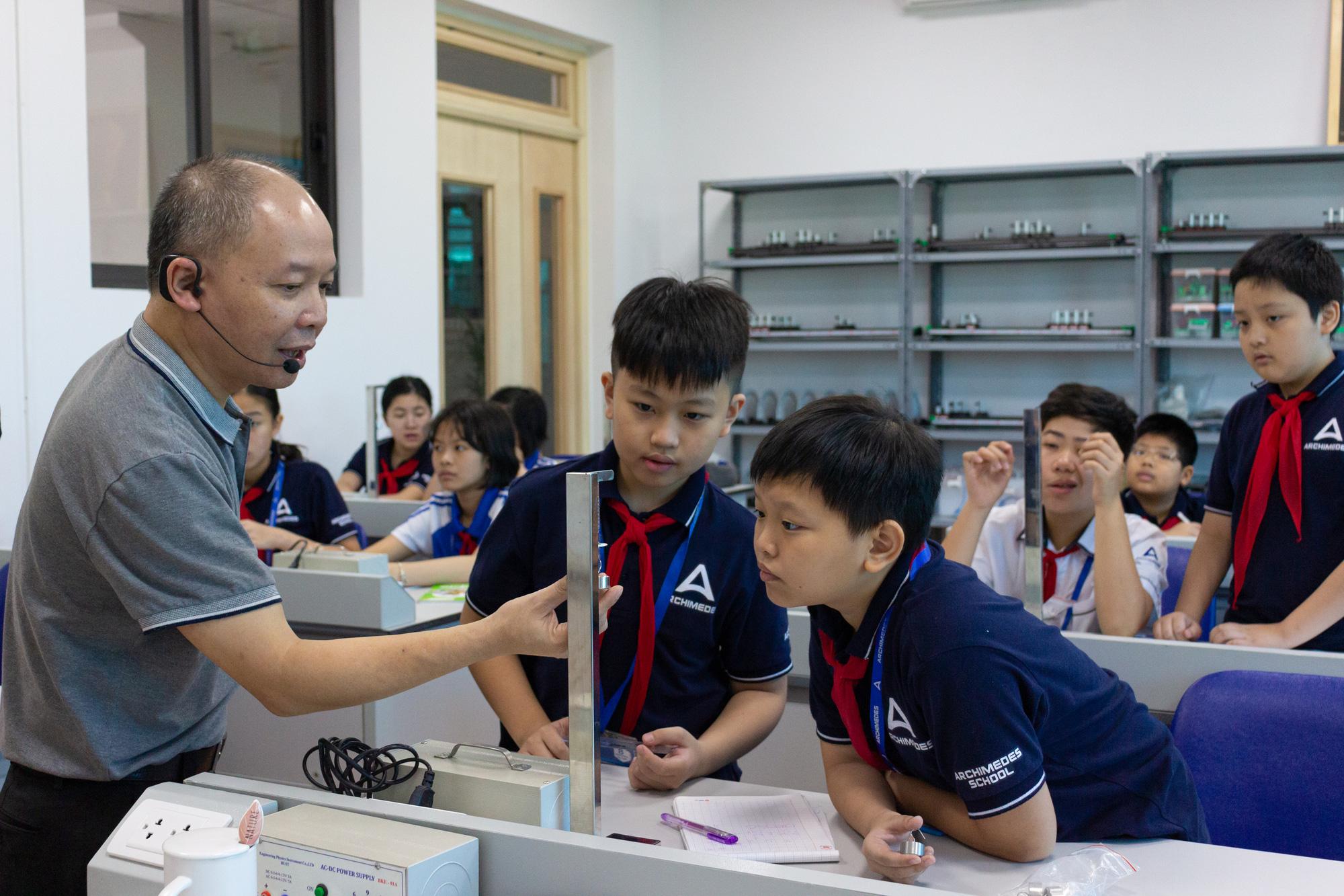 """Thầy giáo """"bán quá khứ, mua tương lai"""" cho học sinh - Ảnh 2."""
