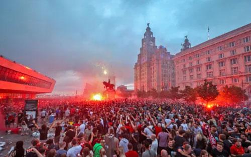 CĐV Liverpool ăn mừng tưng bừng.