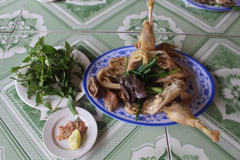 Quảng Trị: Vùng đất nuôi gà đặc sản-gà leo cây, chân nhỏ, mỏ dài, ai ăn một lần nhớ mãi - Ảnh 1.