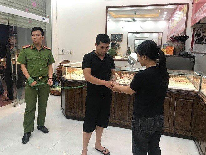 Lời khai thản nhiên của tên cướp tiệm vàng Sông Giang, đâm người truy đuổi - Ảnh 2.