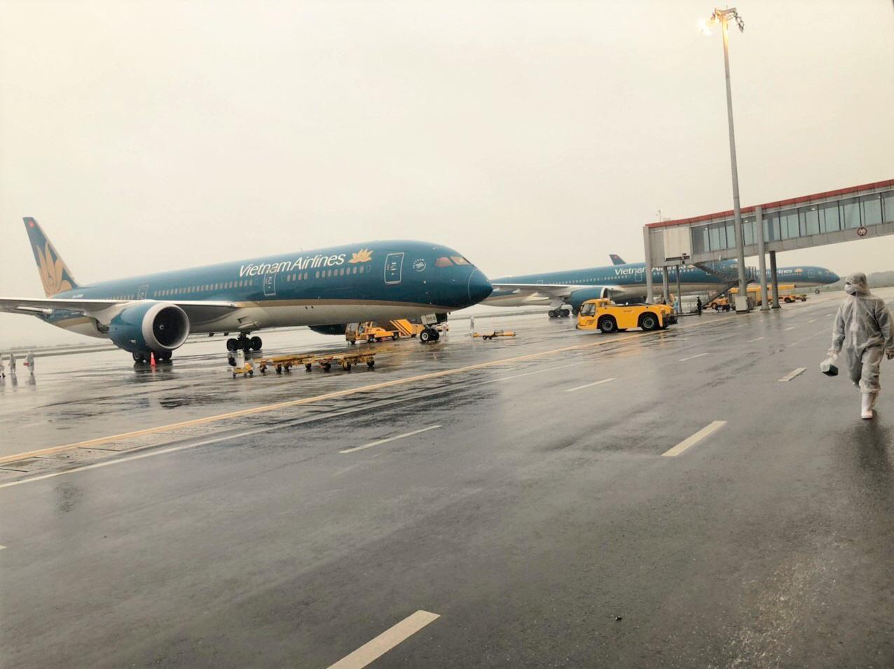 Chuyến bay bị thay đổi khi đóng cửa đường băng sửa chữa - Ảnh 2.