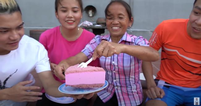 Bà Tân Vlog lấy đĩa từng bị cún cưng liếm qua đựng bánh mời các cháu khiến người xem ngao ngán - Ảnh 4.